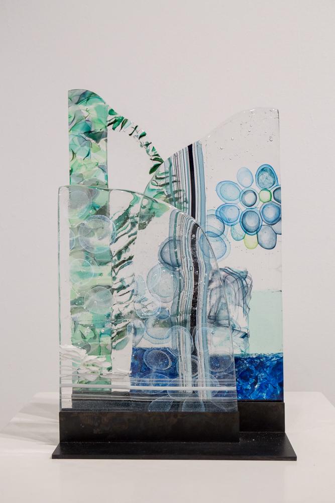 ガラスの内側に文様を浮かべ、それらを重ねることでガラス独特の質感、厚みを感じさせる作品。作/岩瀬明子