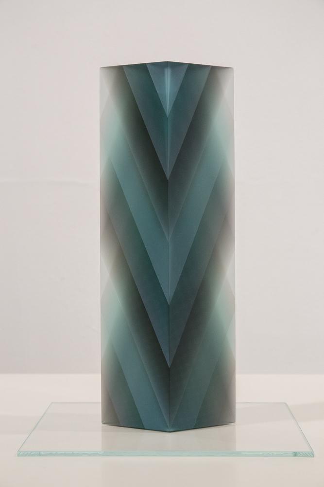 板ガラスとシートを積層させて切削することで独特の表情を生み出した作品。作/小島有香子
