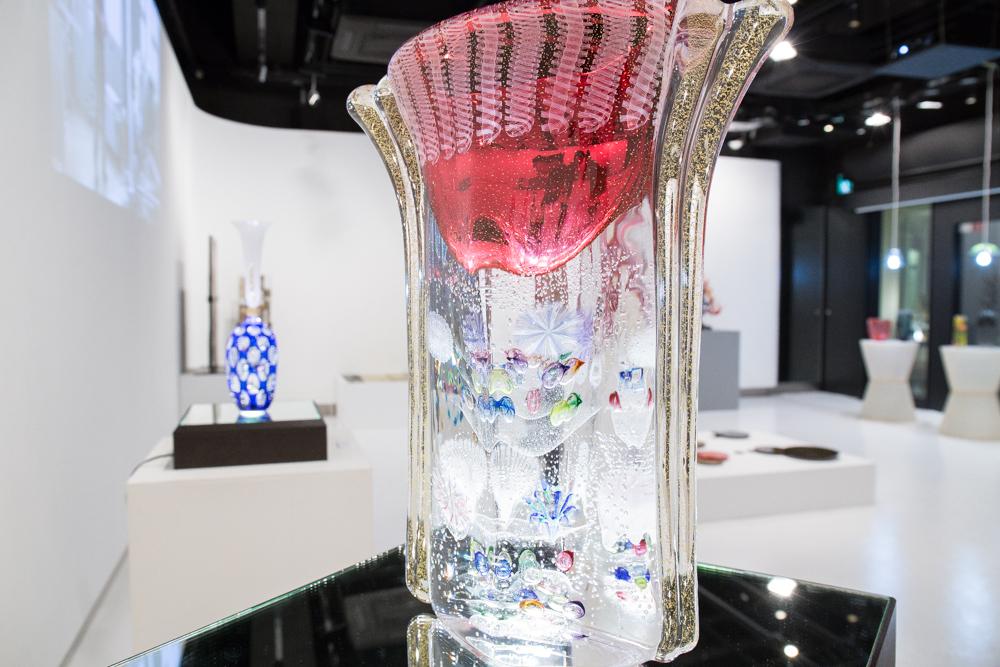 ガラスの中に色と泡による繊細な文様をガラスにとじ込めた花入。作/安田泰三
