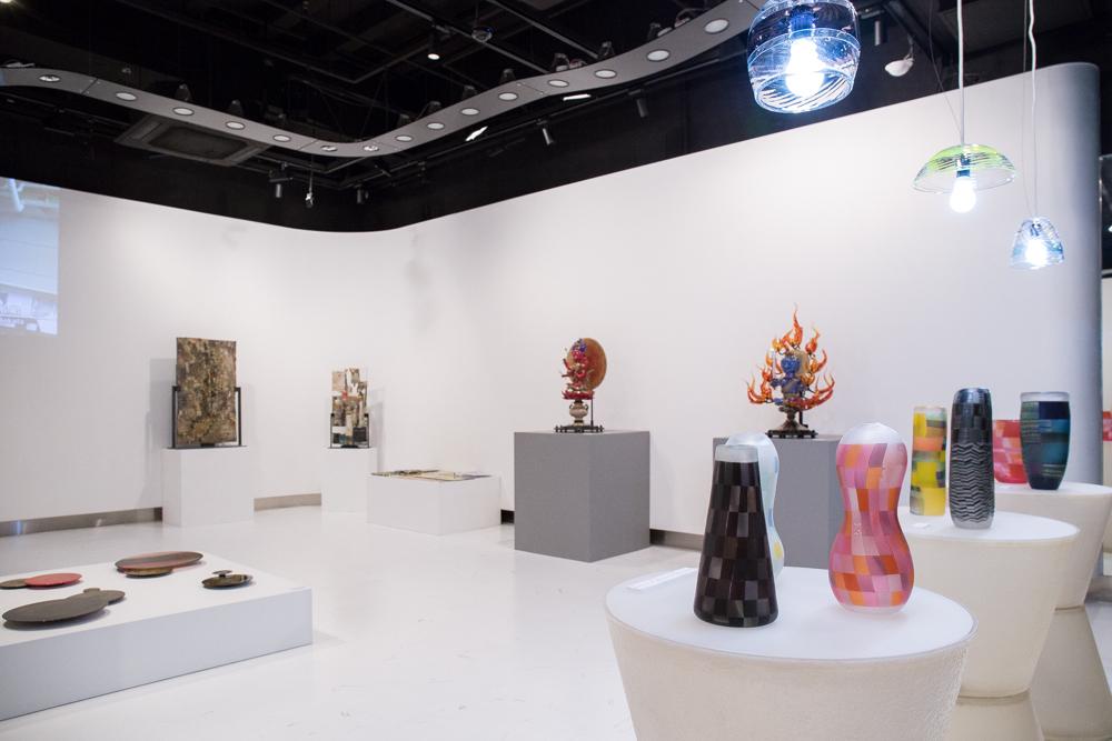 展示会場には、富山を拠点に活動する9組のガラス作家の作品が並んだ