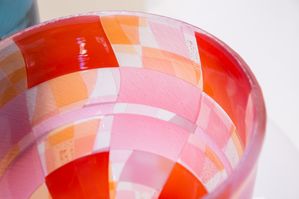吹きガラス、カット、切断と複数の手法を組み合わせ、パッチワークのような表情を作り出した器。作/佐野猛
