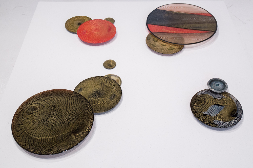 金、赤、黒が有機的な文様を描く器。作/池田充章